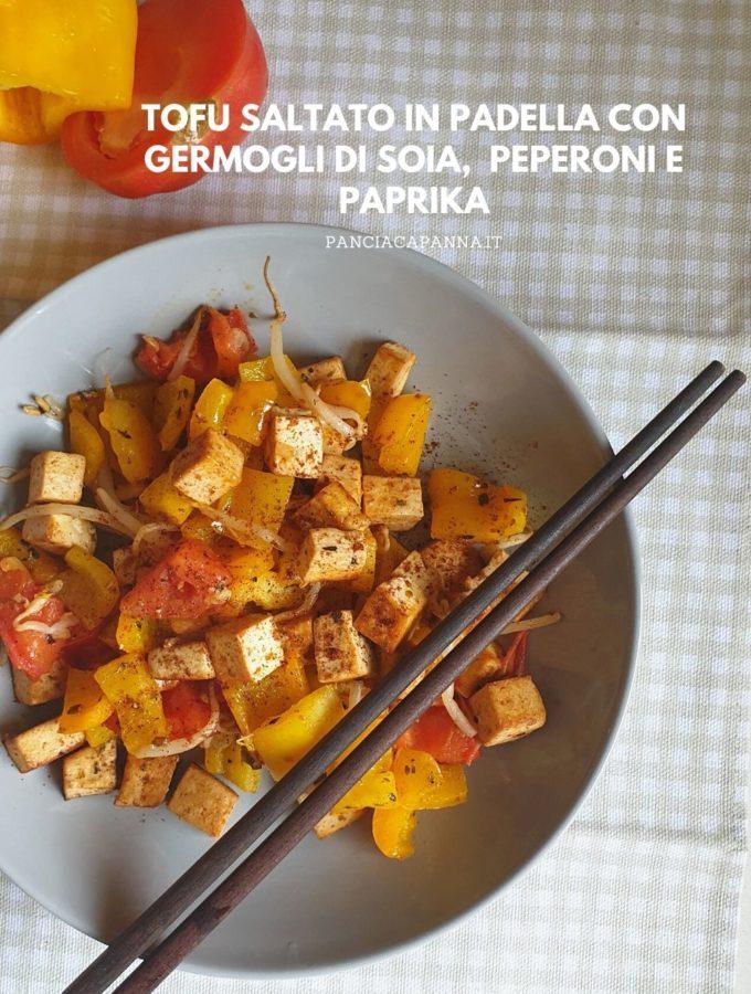 Tofu saltato in padella con peperoni, germogli di soia e paprika